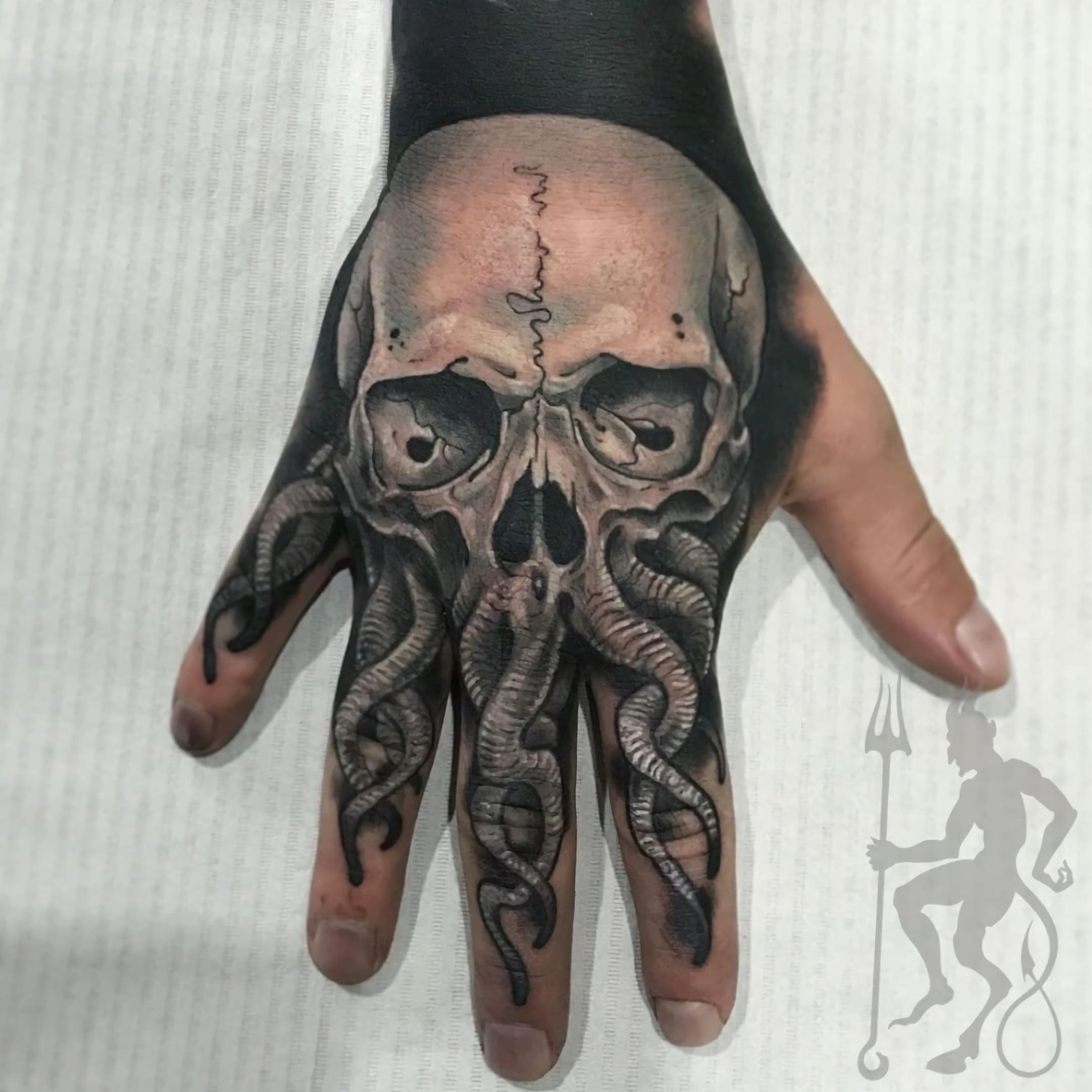 татуировка черепа на кисти руки