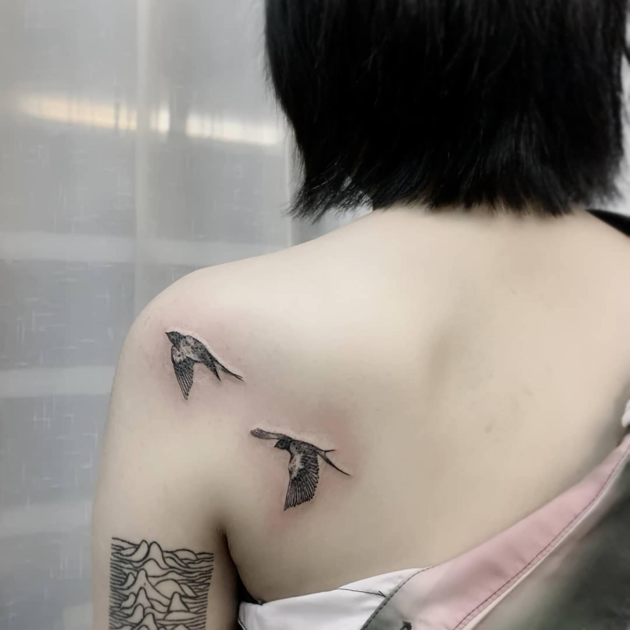 Миниатюрная татуировка с ласточкой