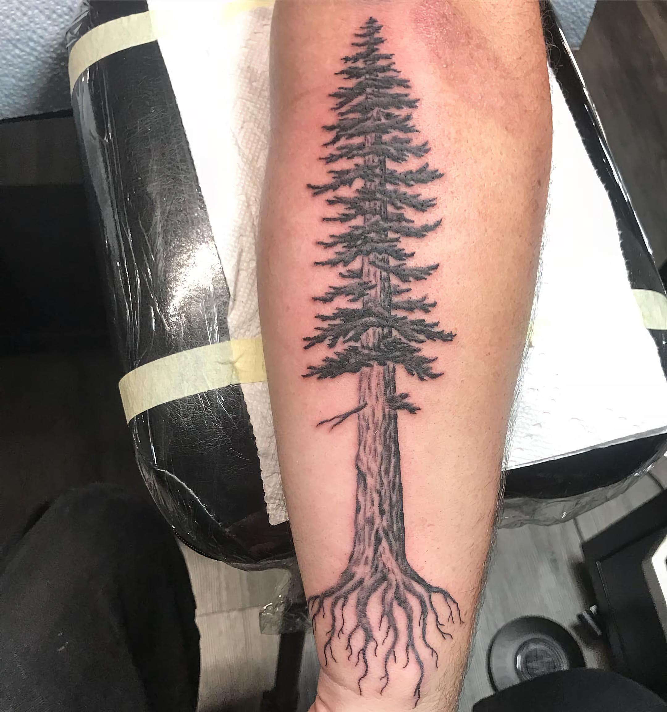Тату с красным деревом