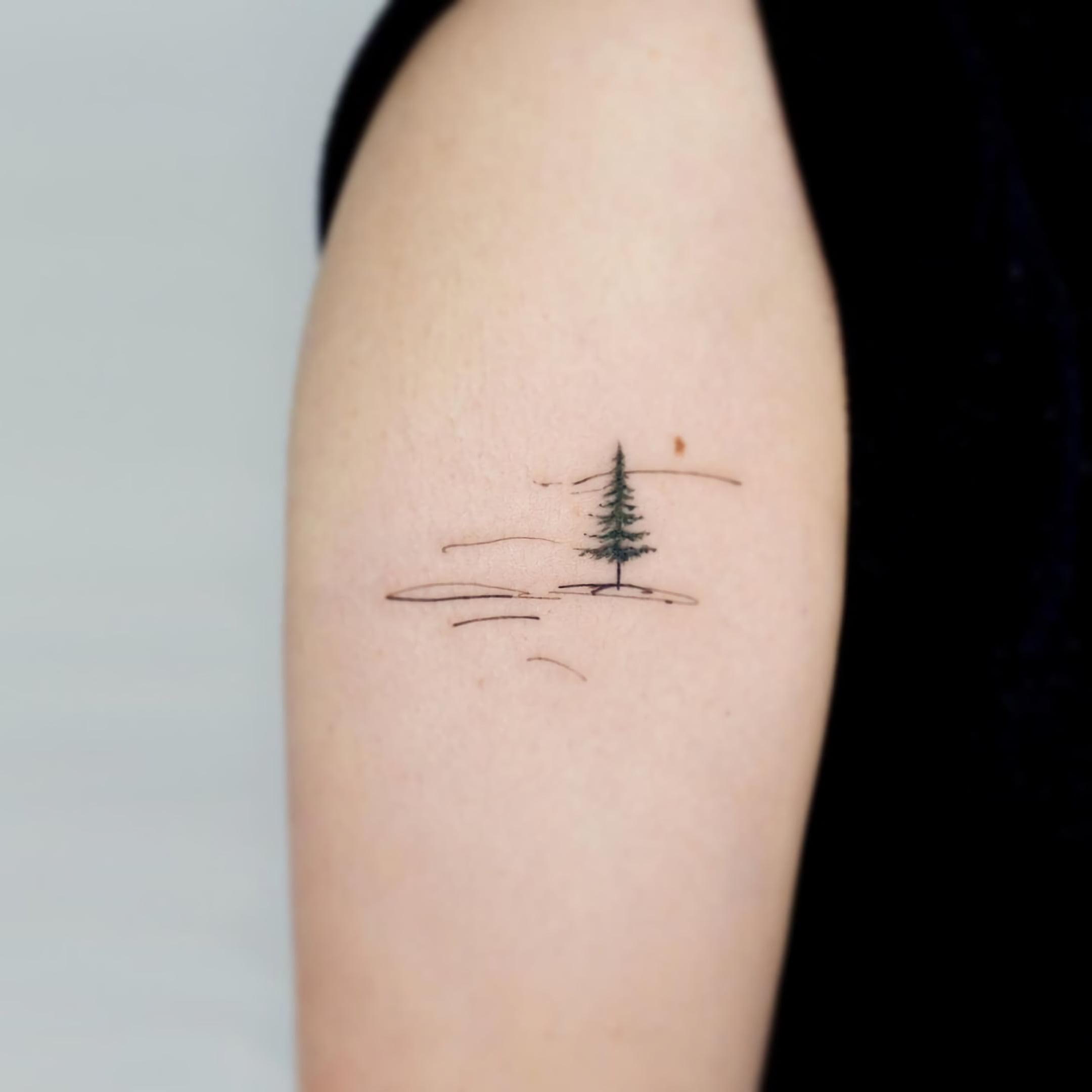 Простая татуировка с деревом