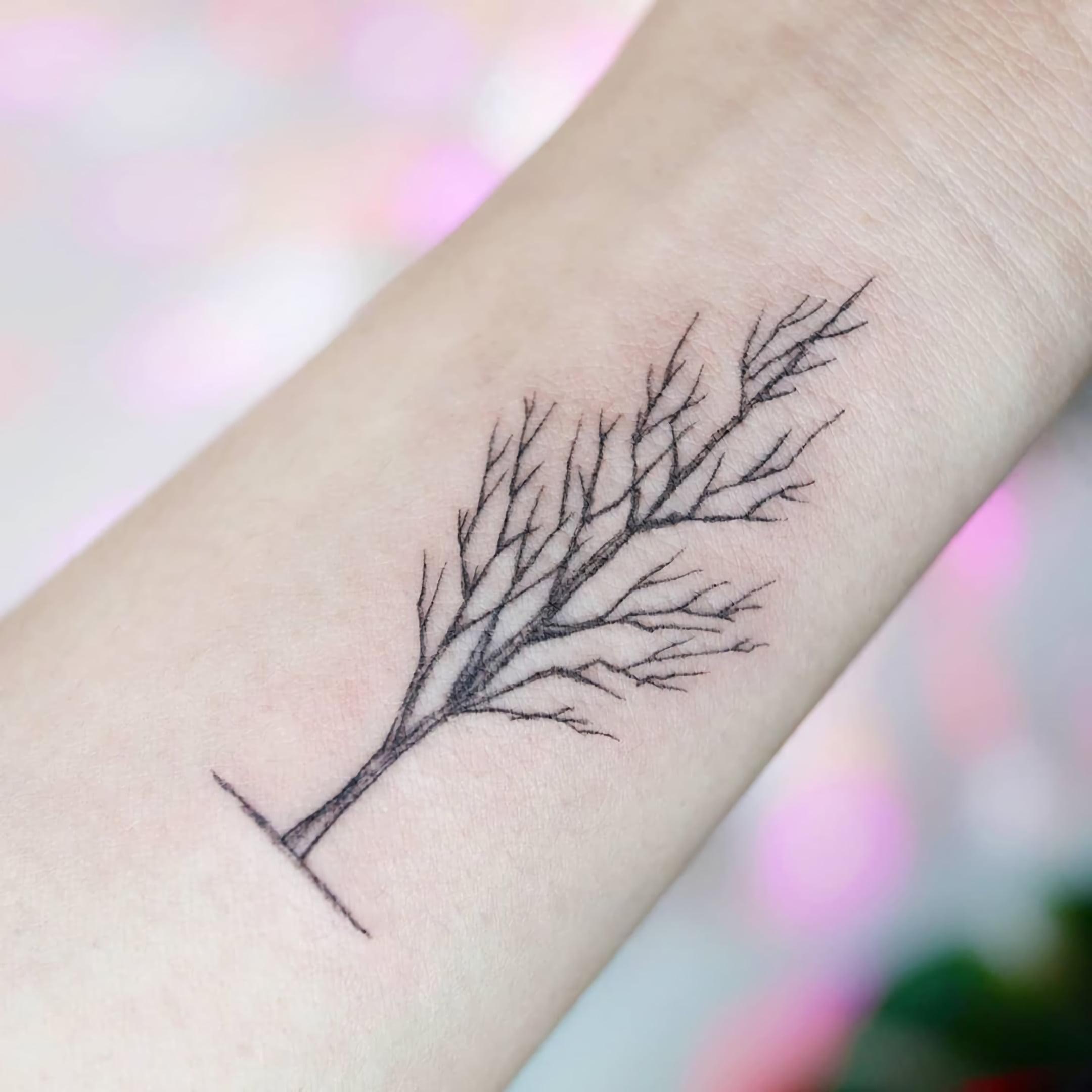 Татуировка с маленьким деревом