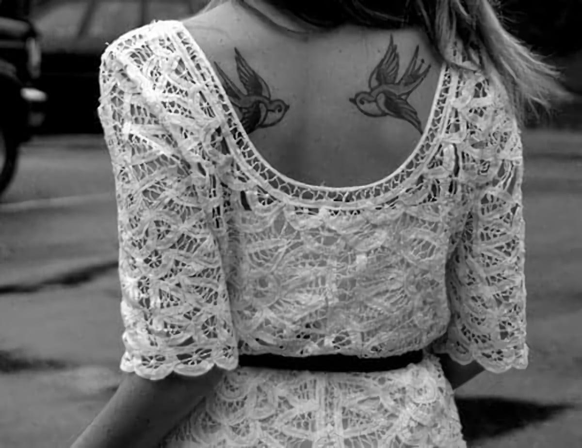 Татуировка парных ласточек на спине