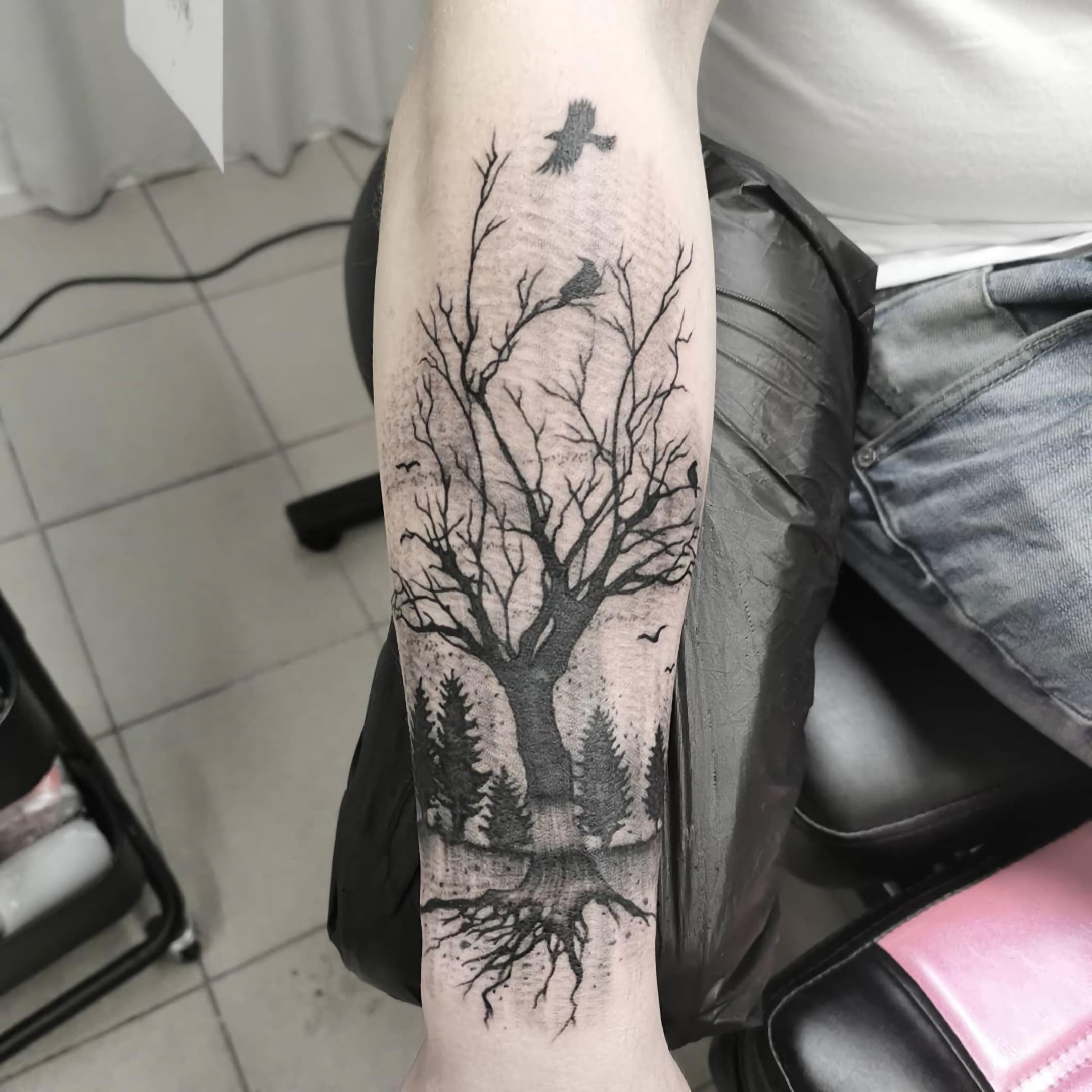 Татуировка силуэта дерева