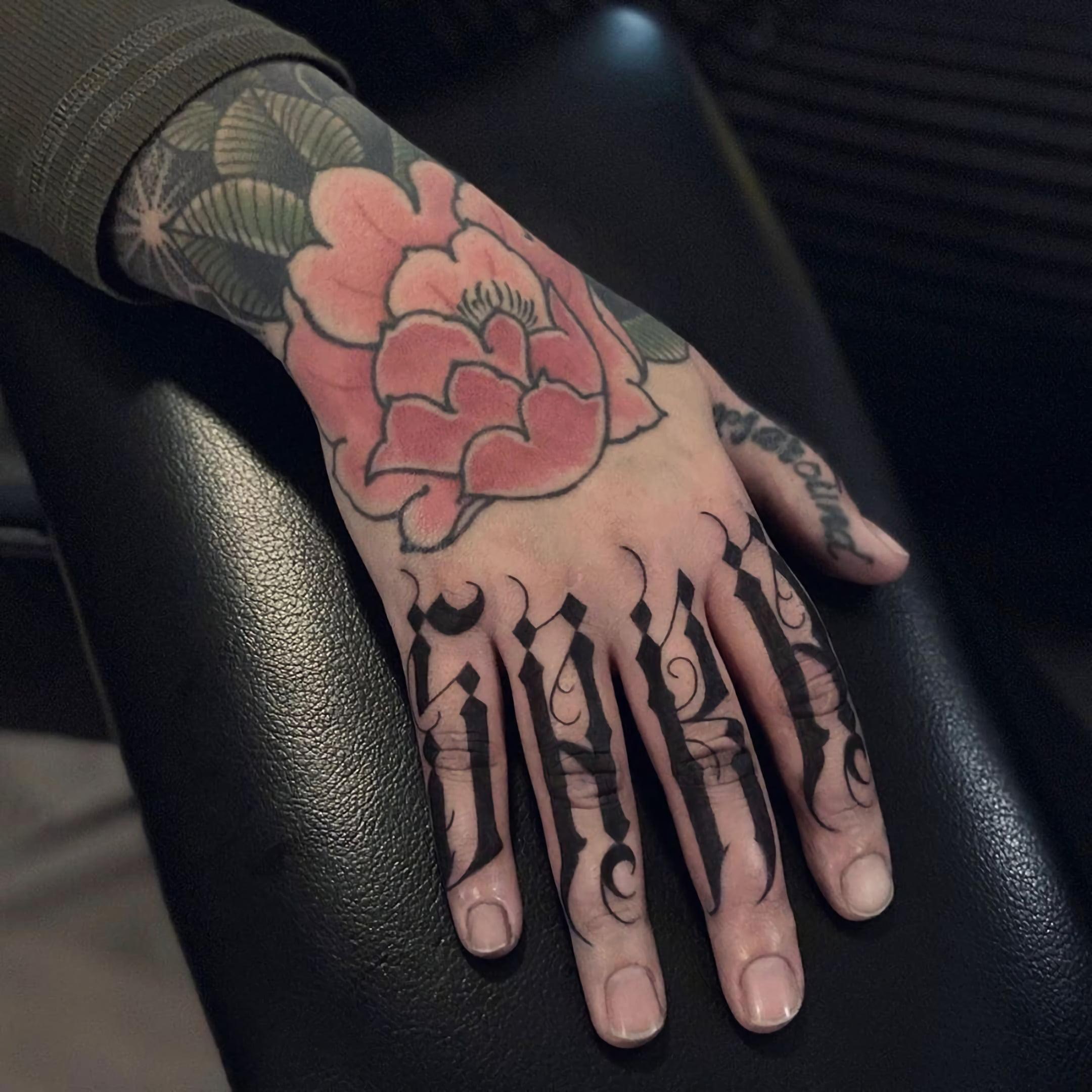 таутирвока надписи и розы на пальцах и руке