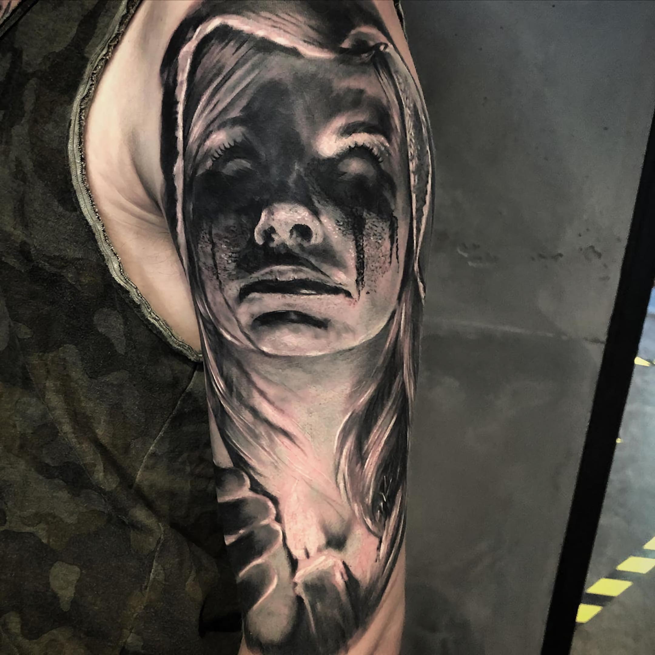 черно-серая татуировка на рукаве