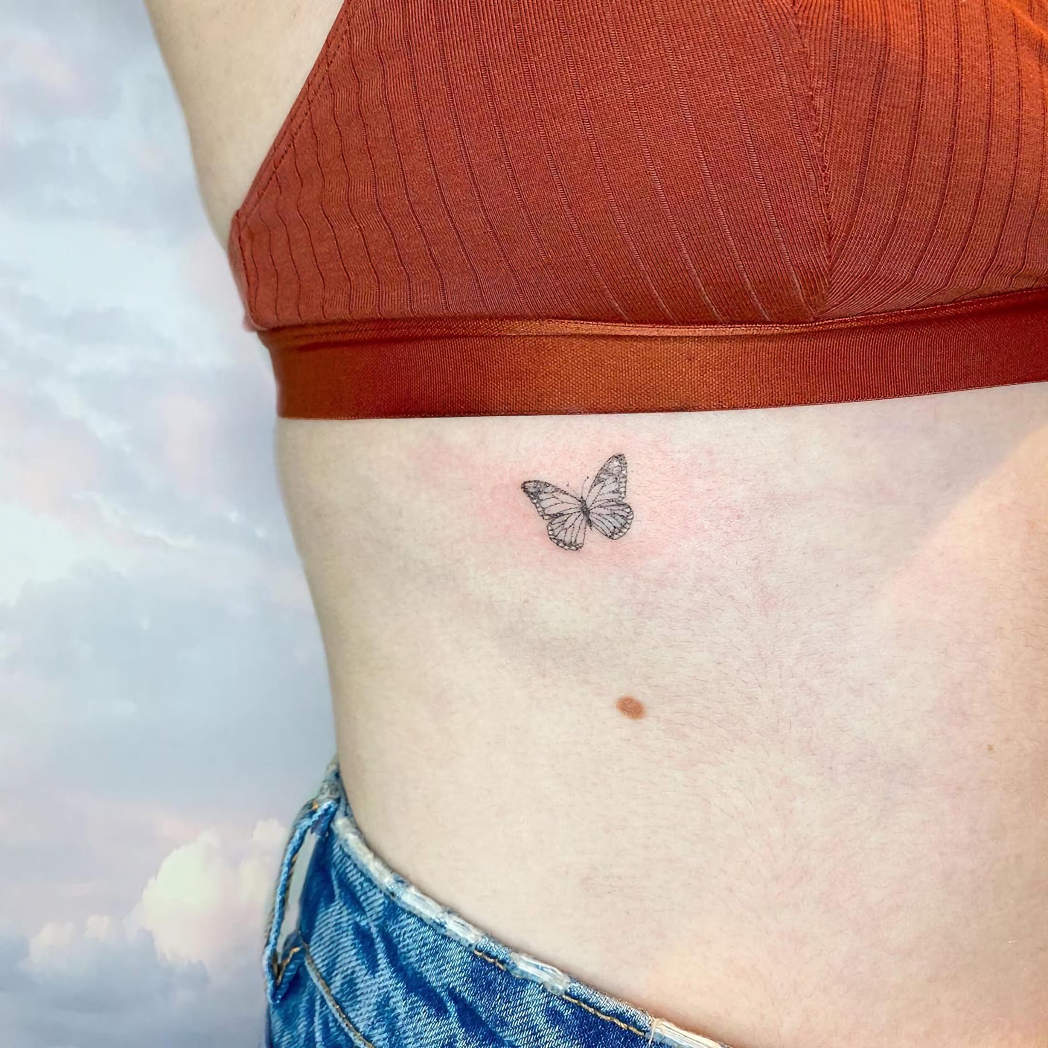 маленькое тату бабочки на ребрах