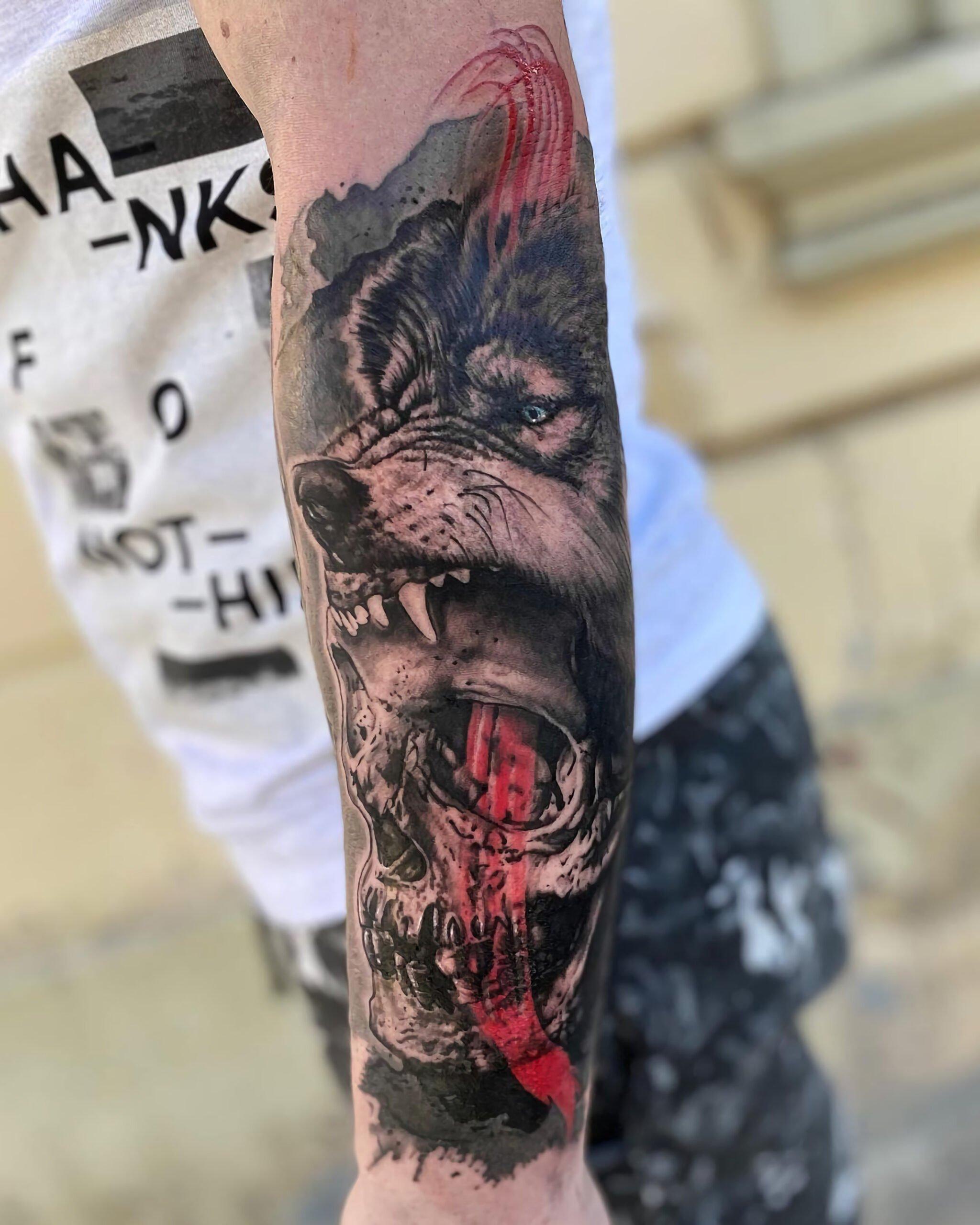 смешанная татуировка на руке