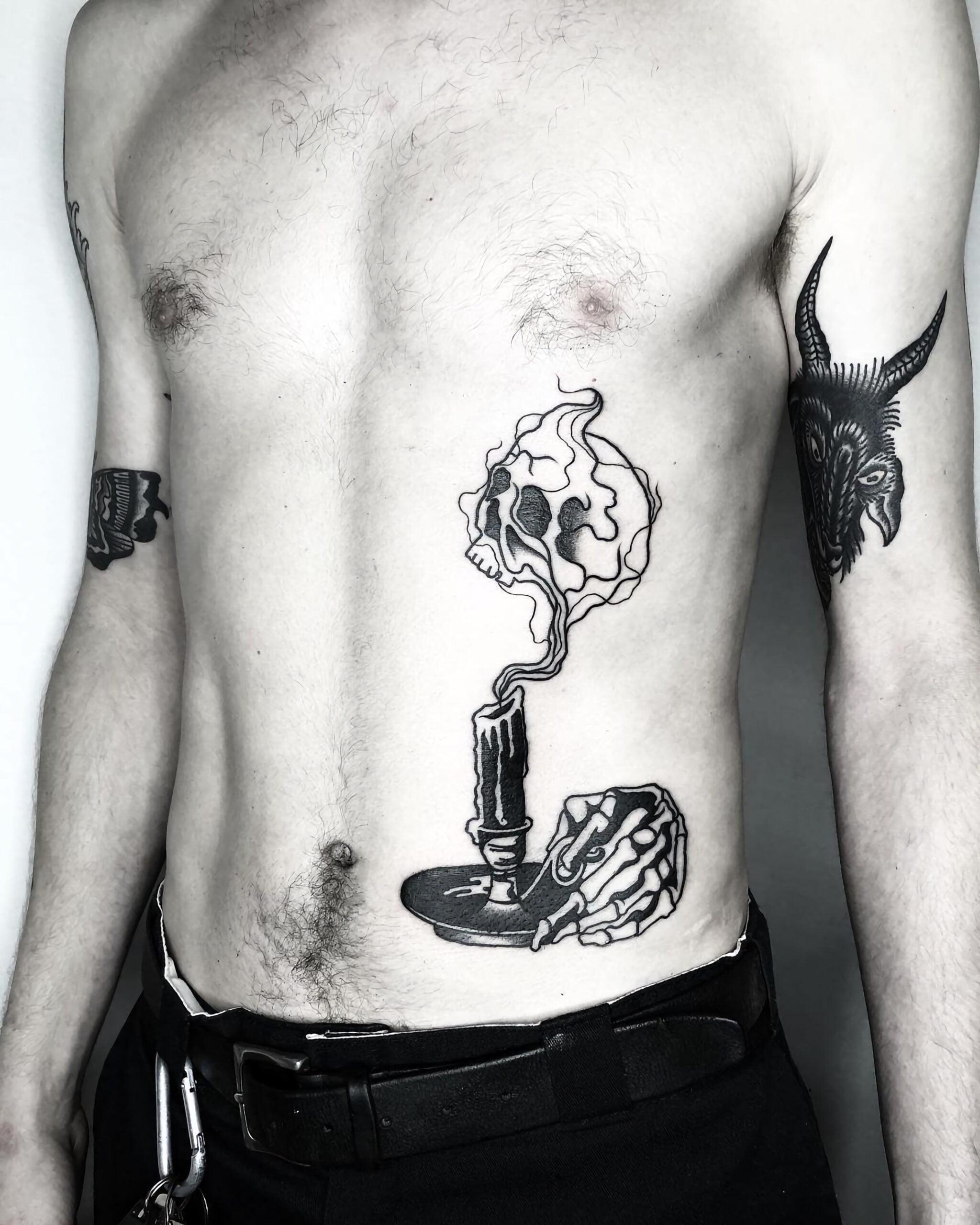 современная татуировка на ребрах для мужчин