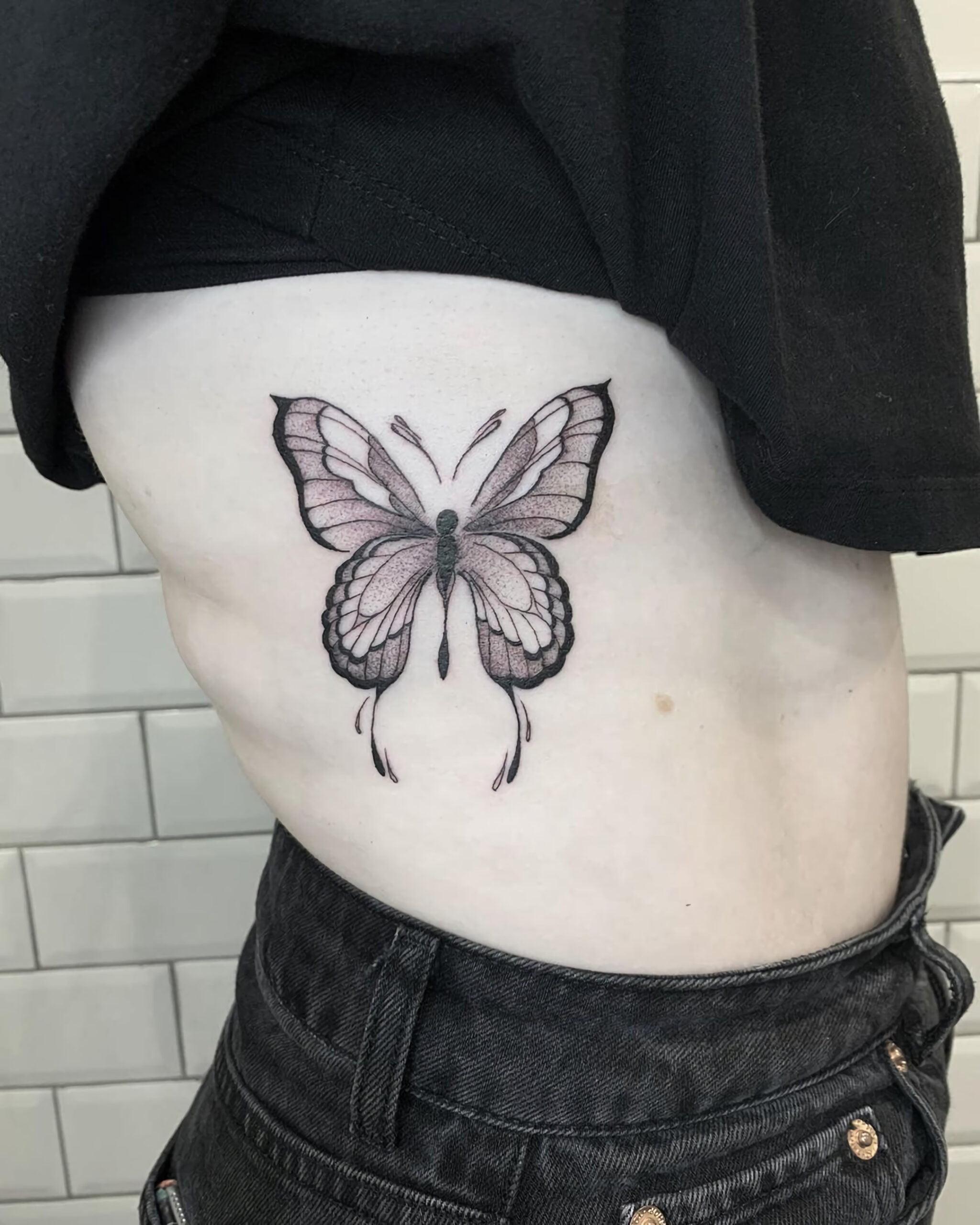 милая татуировка на ребрах