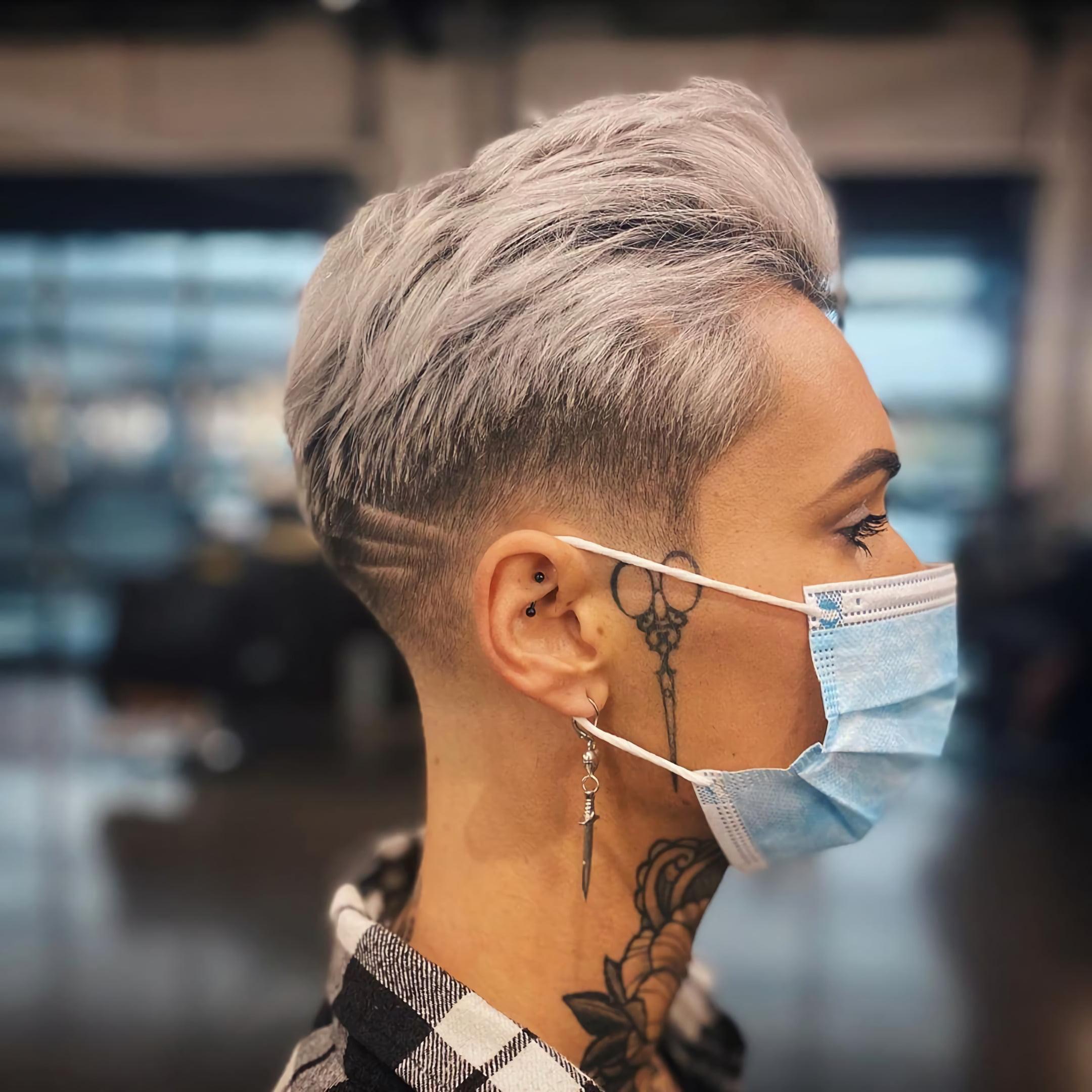 татуировка ножниц на лице