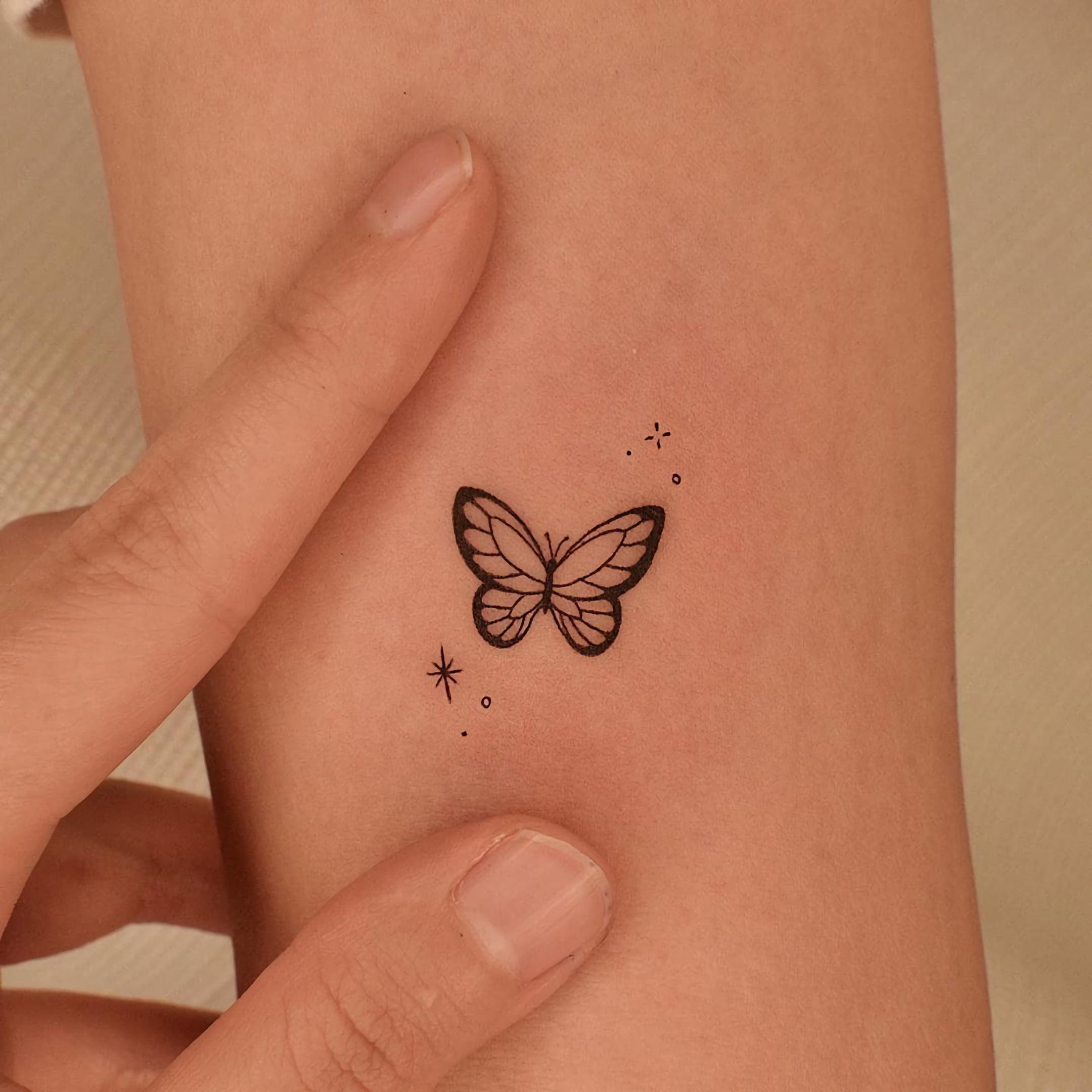 татуировка маленькой бабочки