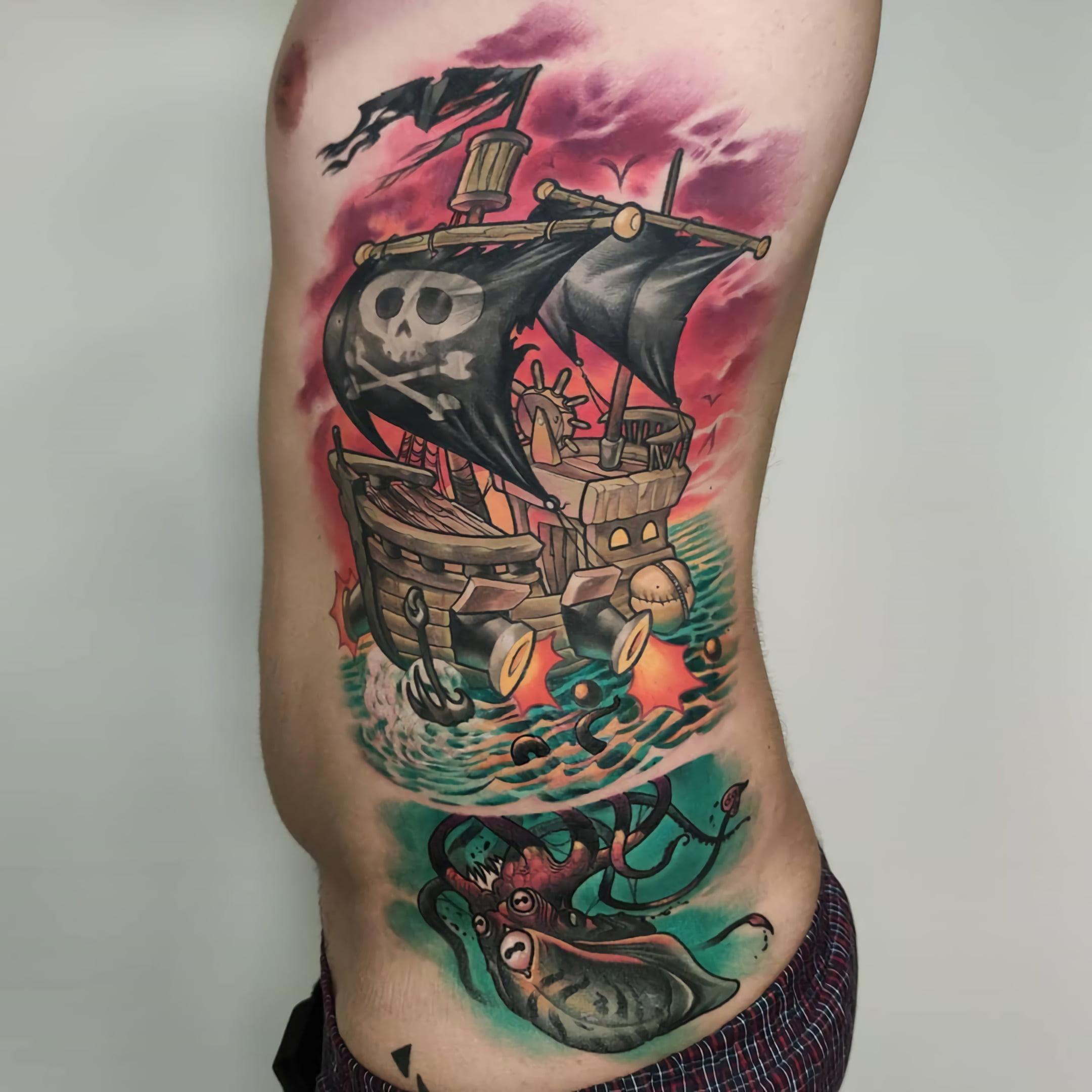 татуирвока на ребрах в стиле пиратов