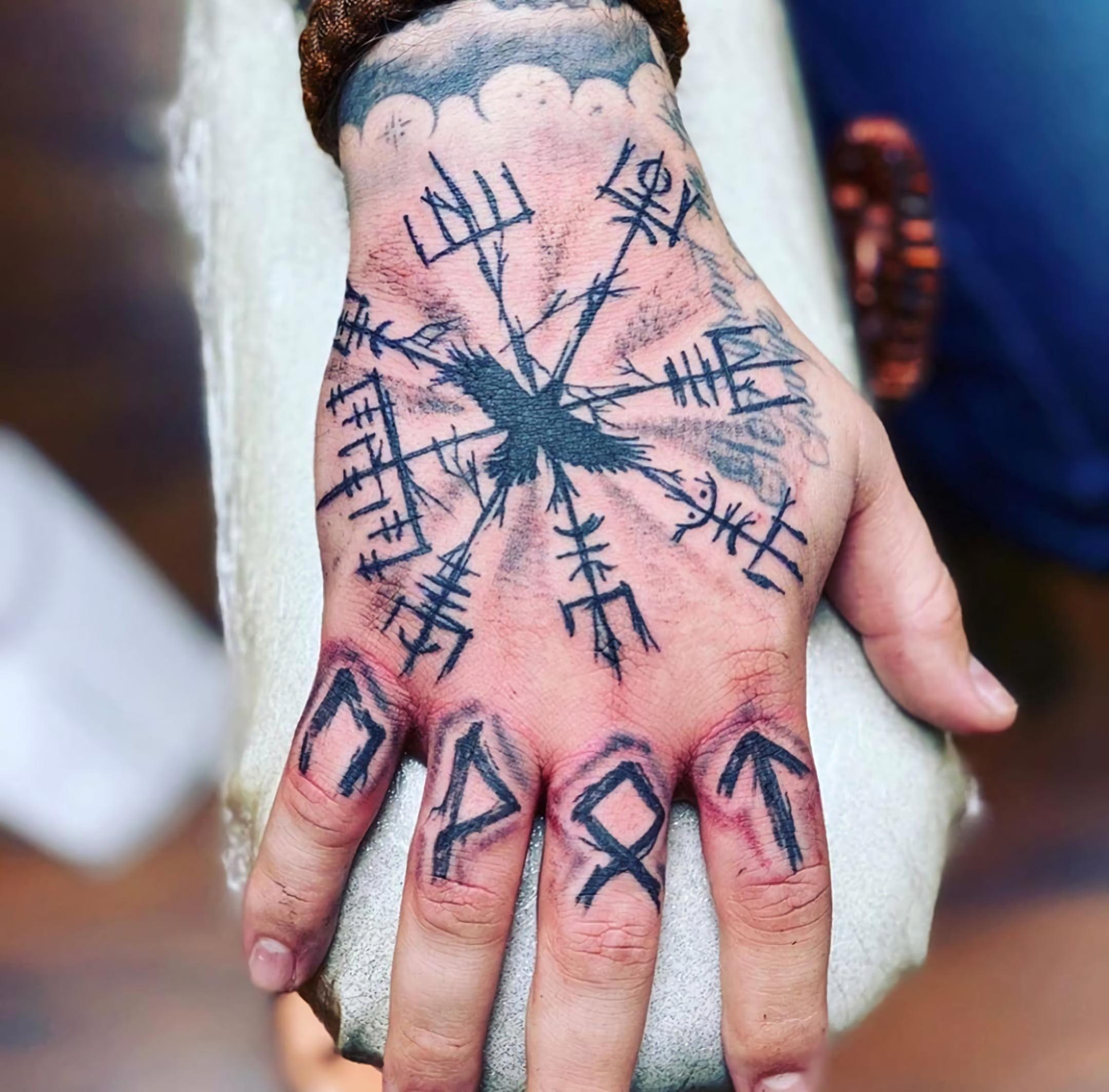 татуировка с рунами викингов на руке
