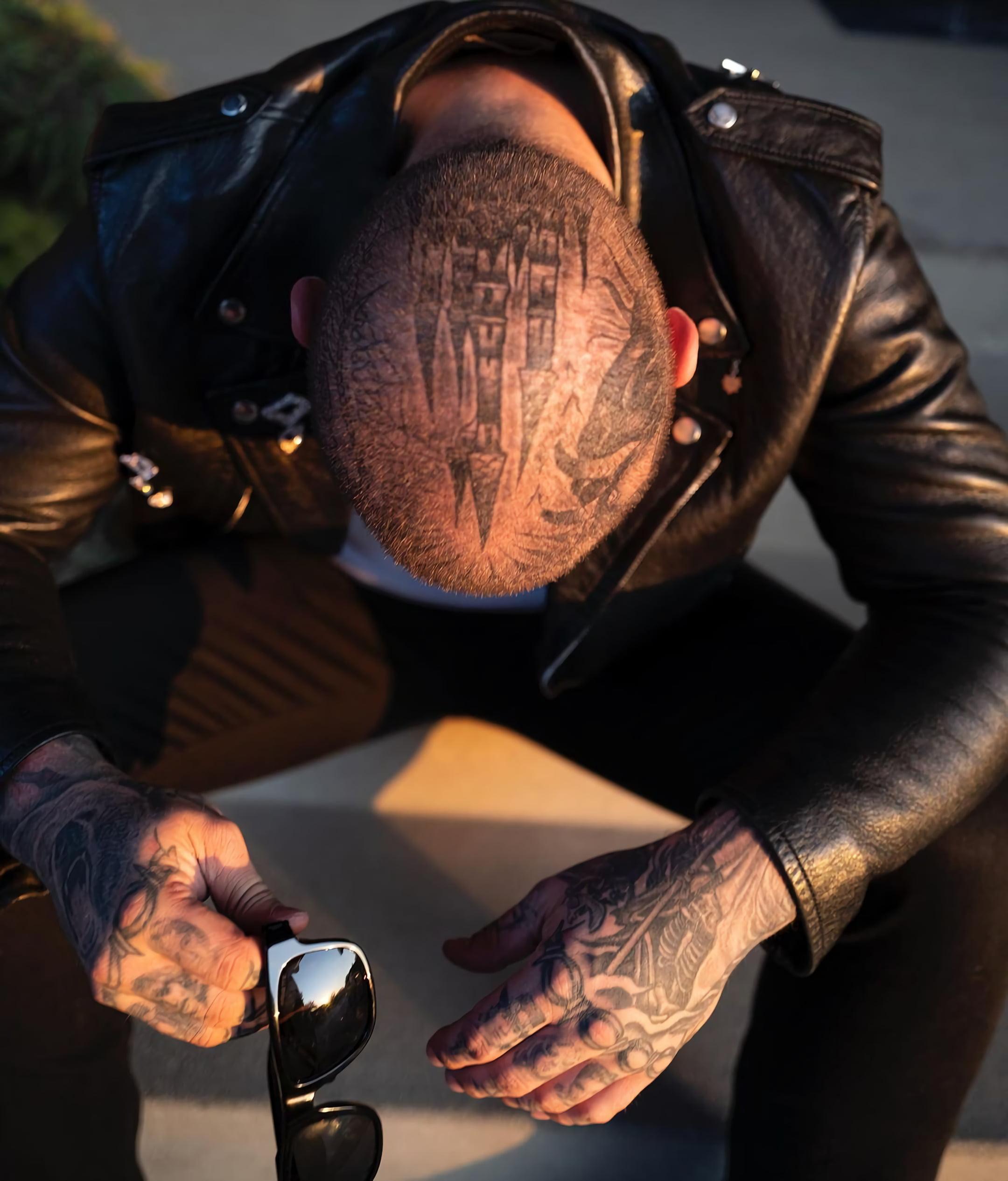 Татуировка замка на голове