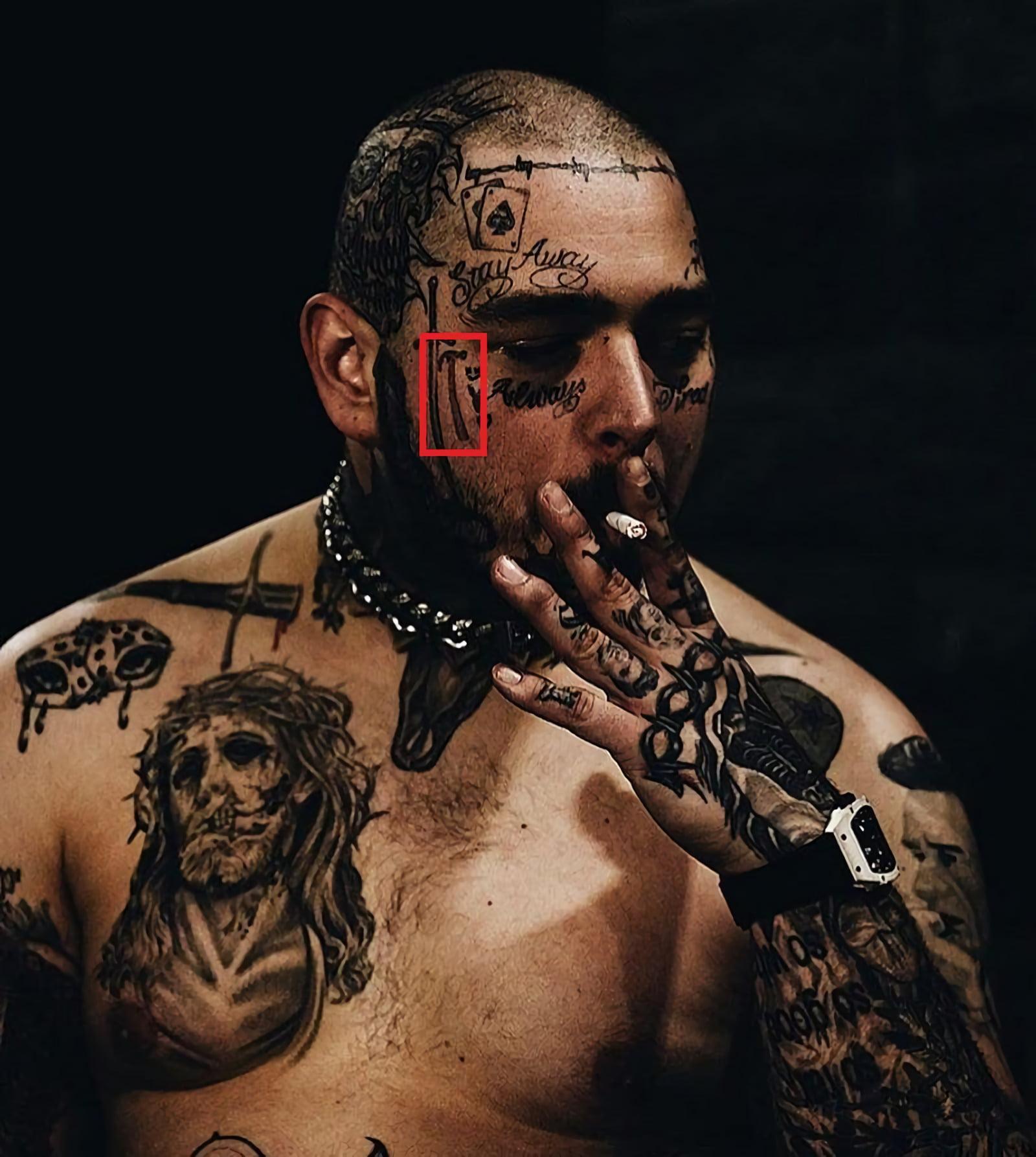 Татуировка с молотком на правой стороне лица
