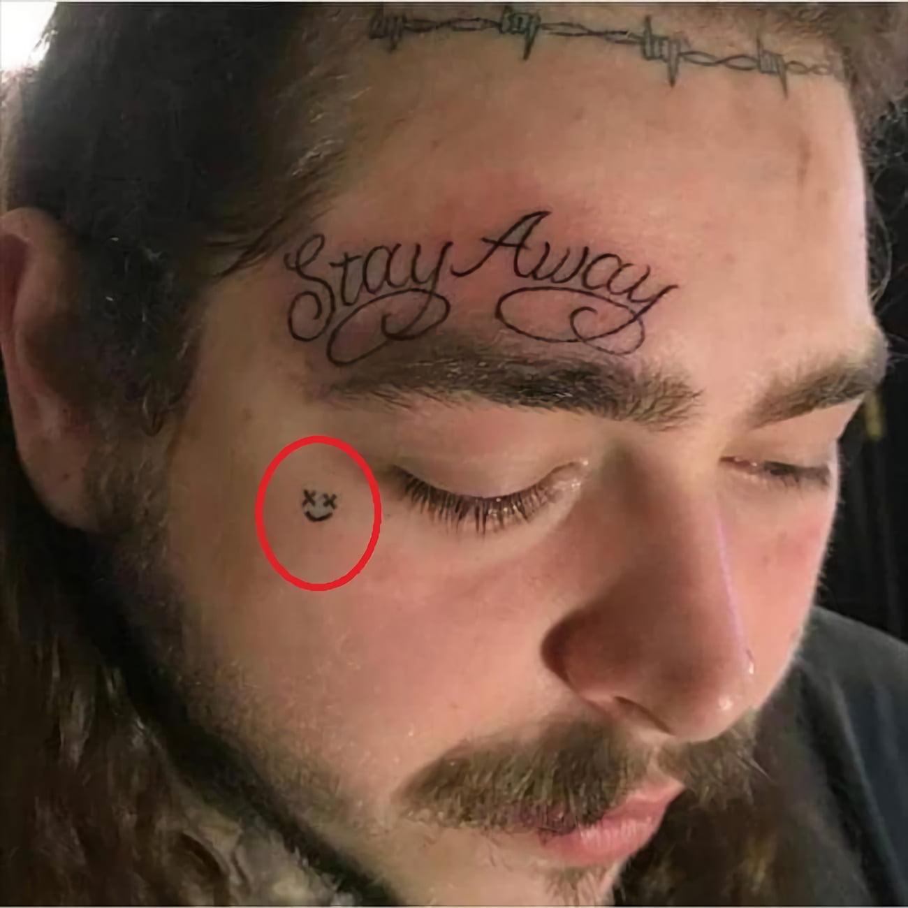 """Татуировка """"смайлик"""" на лице"""