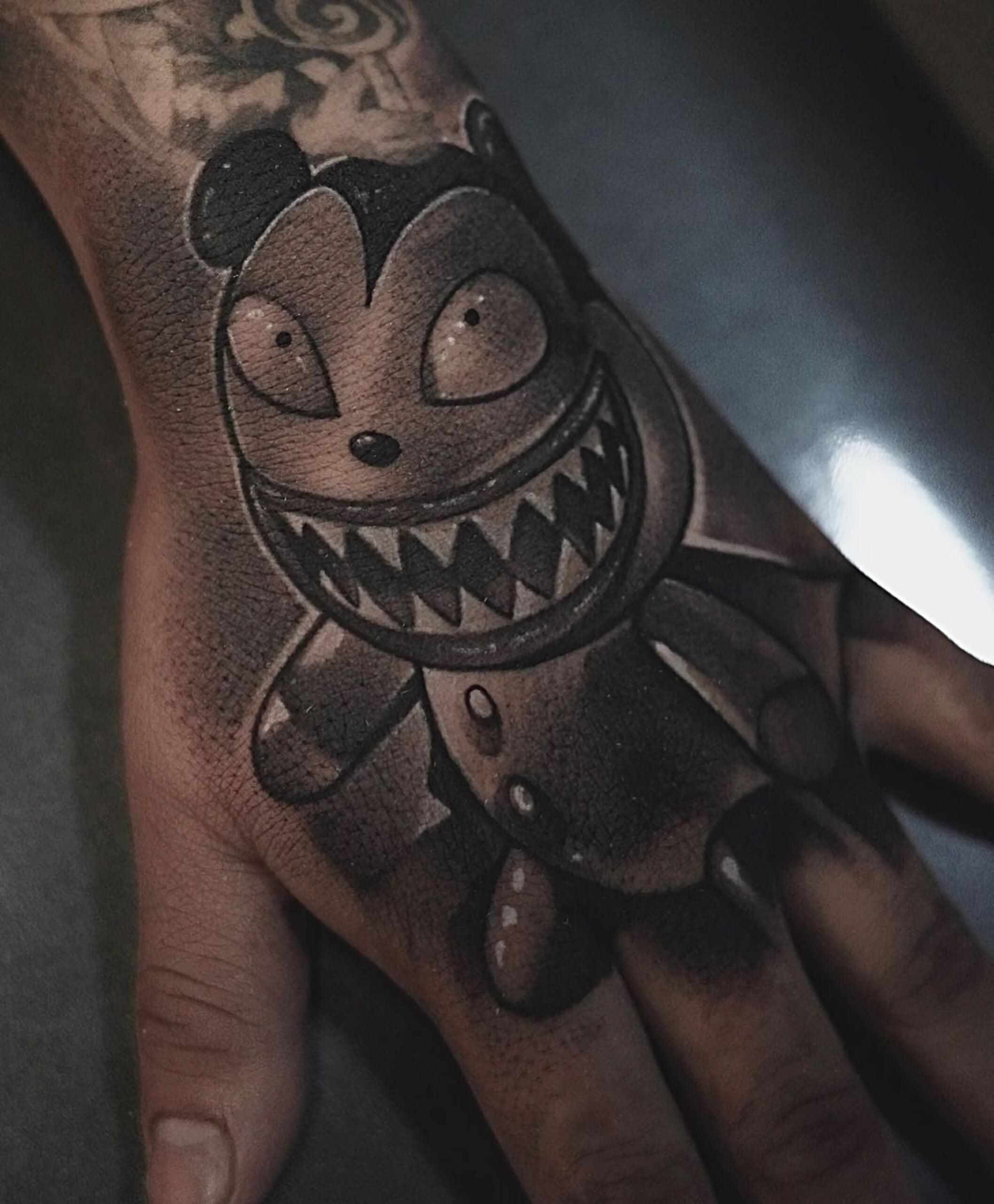 Тату вампир Тедди на руке