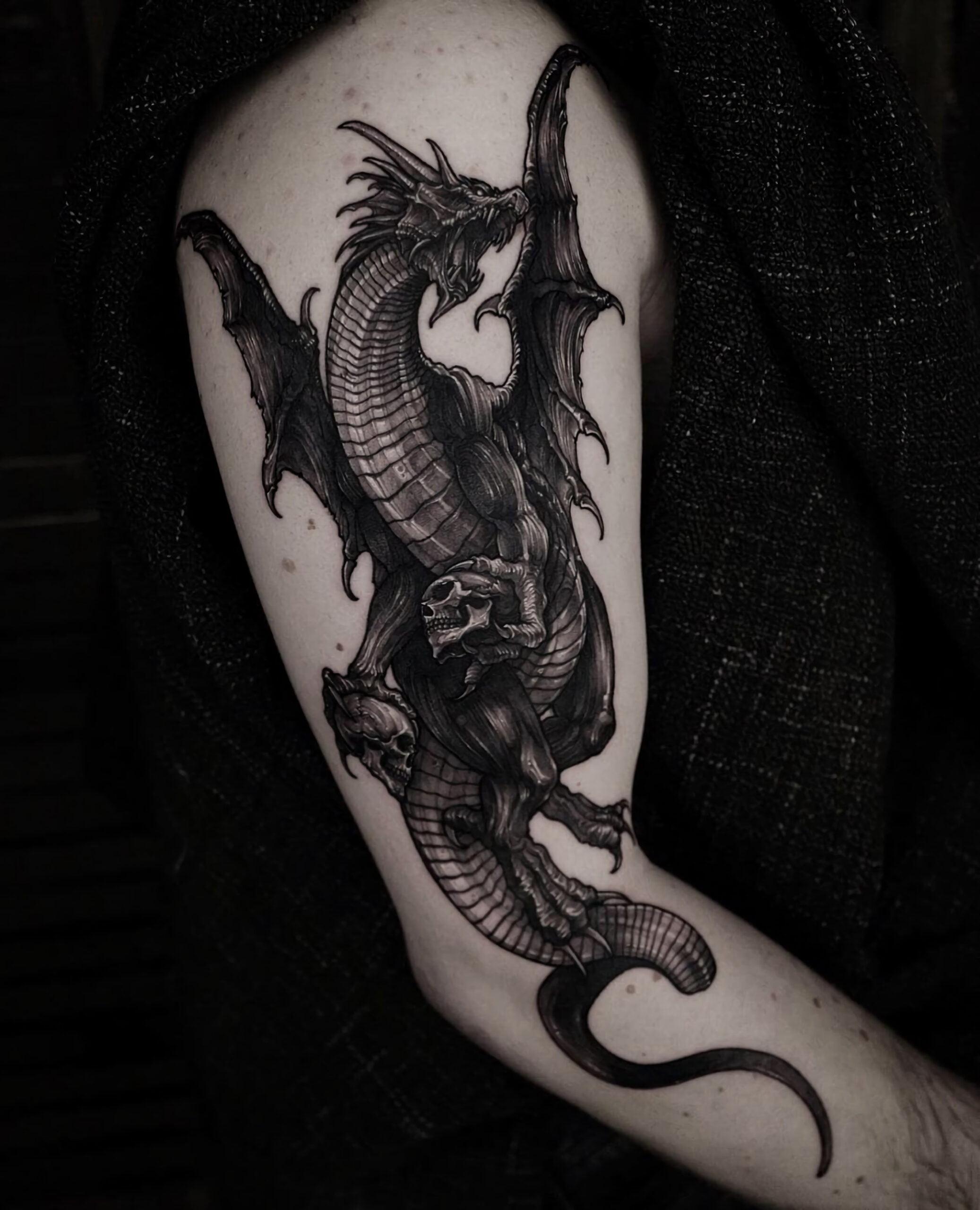 тату черный и серый дракон