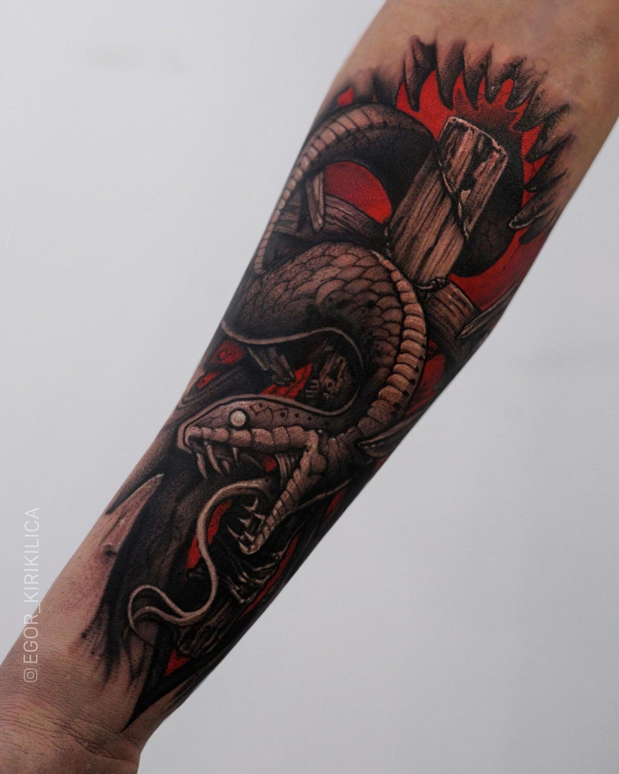 классная татуировка змеи на руке