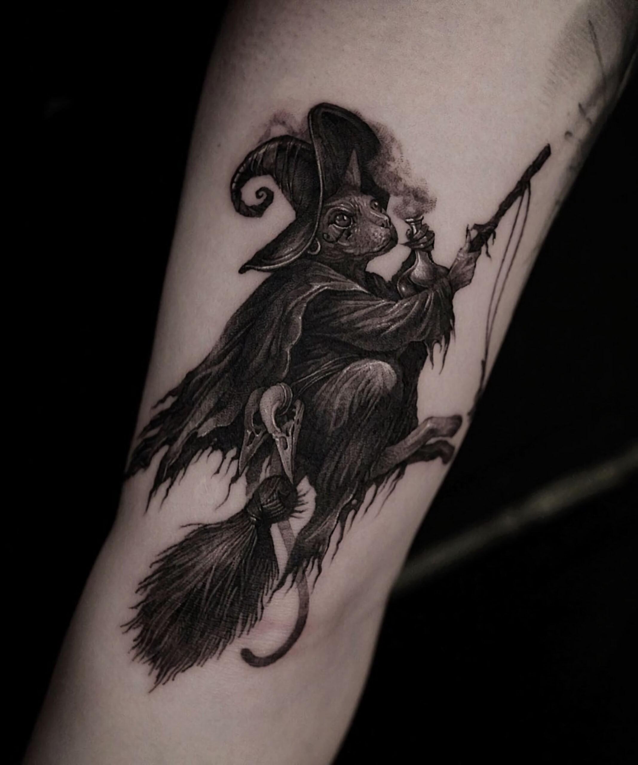 значимая черно - серая татуирвока