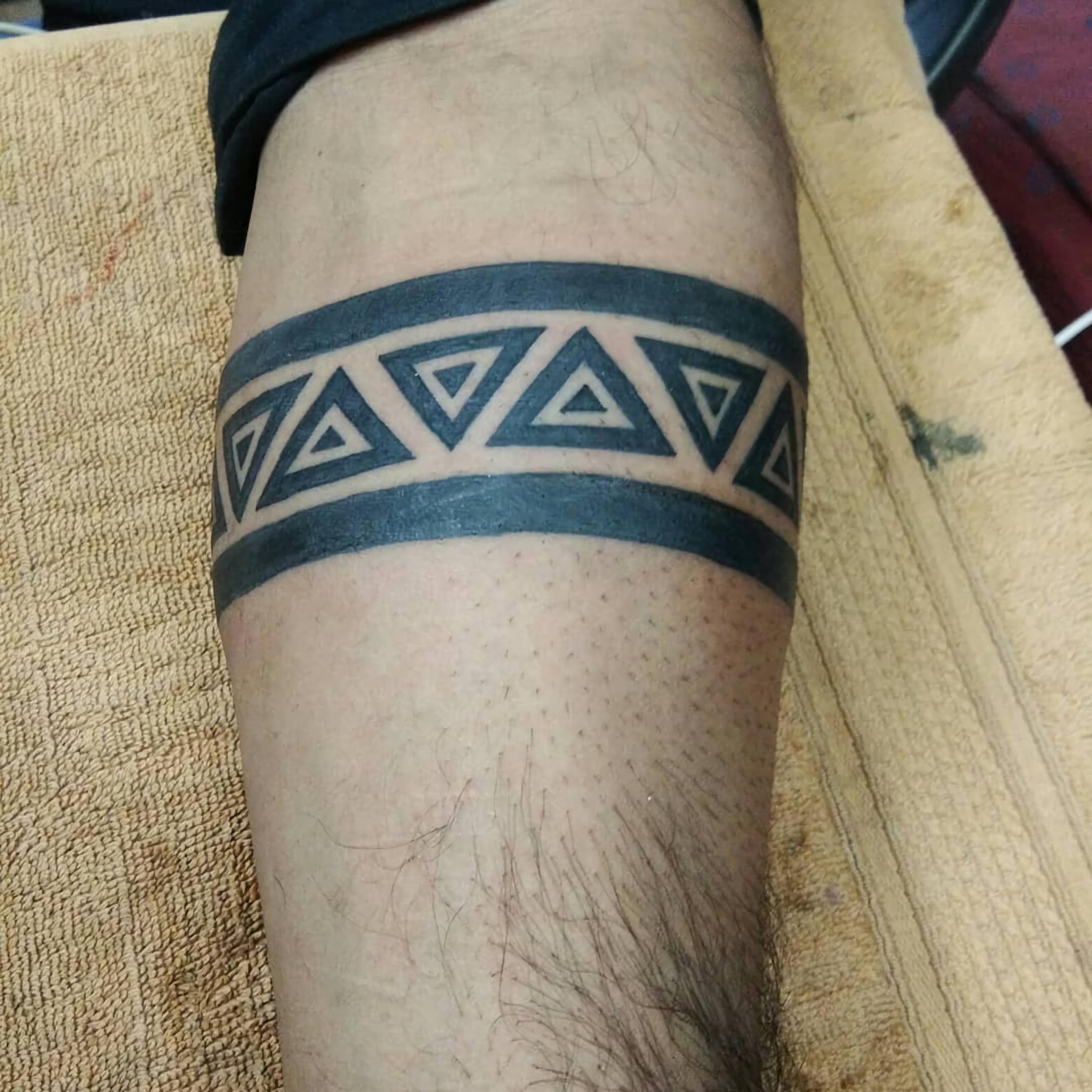 татуировка черной полосы для парней в племенном стиле
