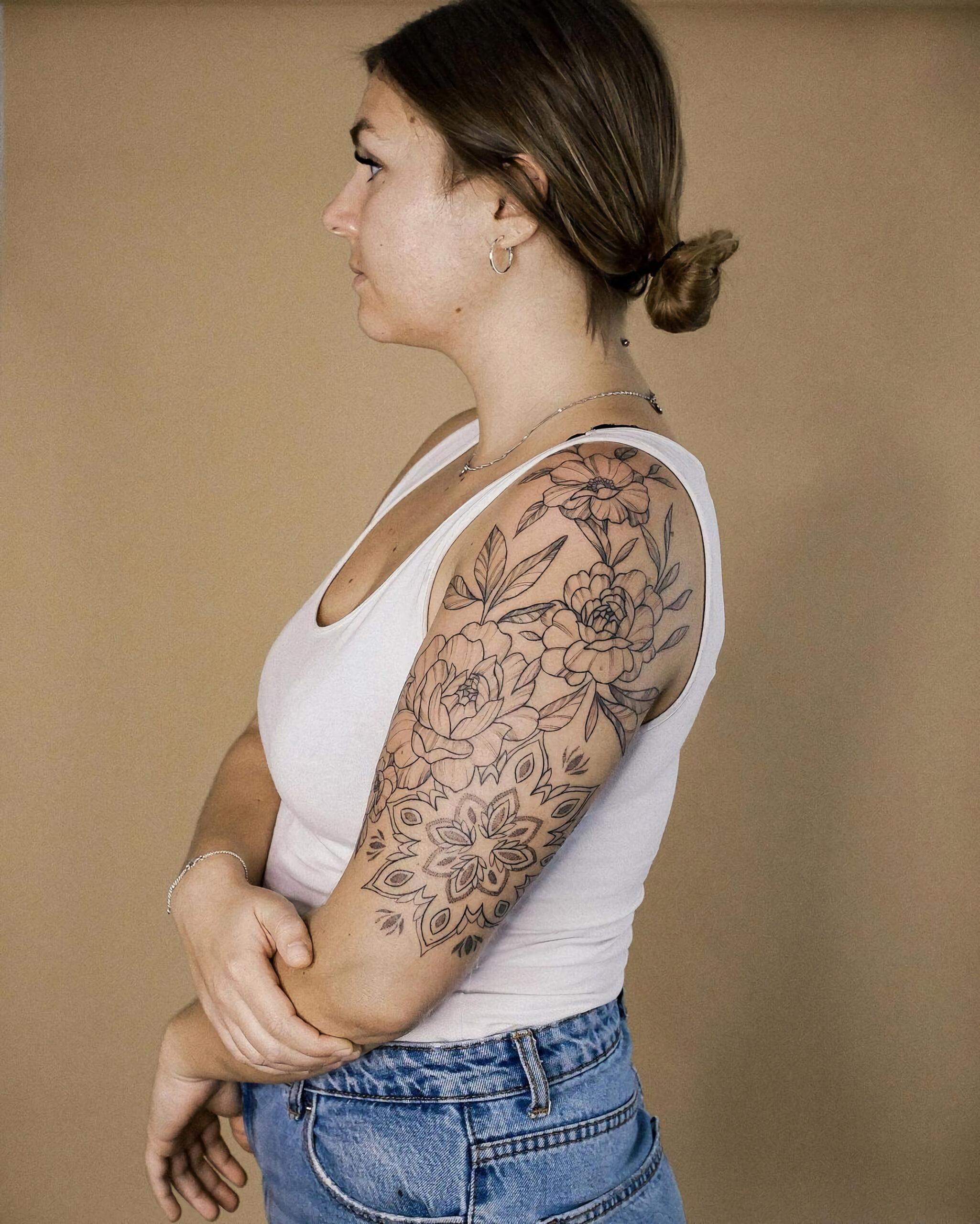 Цветочная татуировка на половину рукава