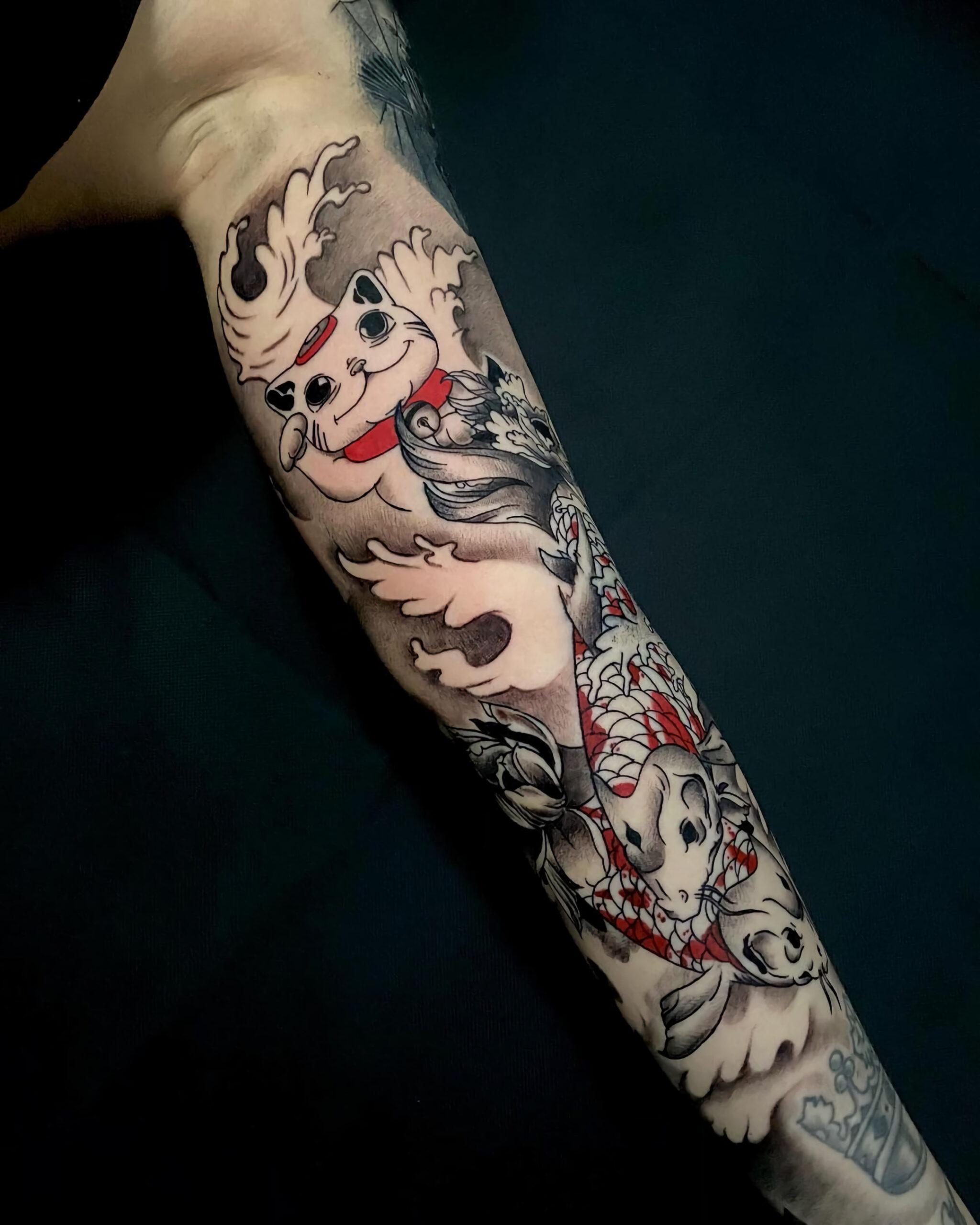 Татуировка с рыбой кои