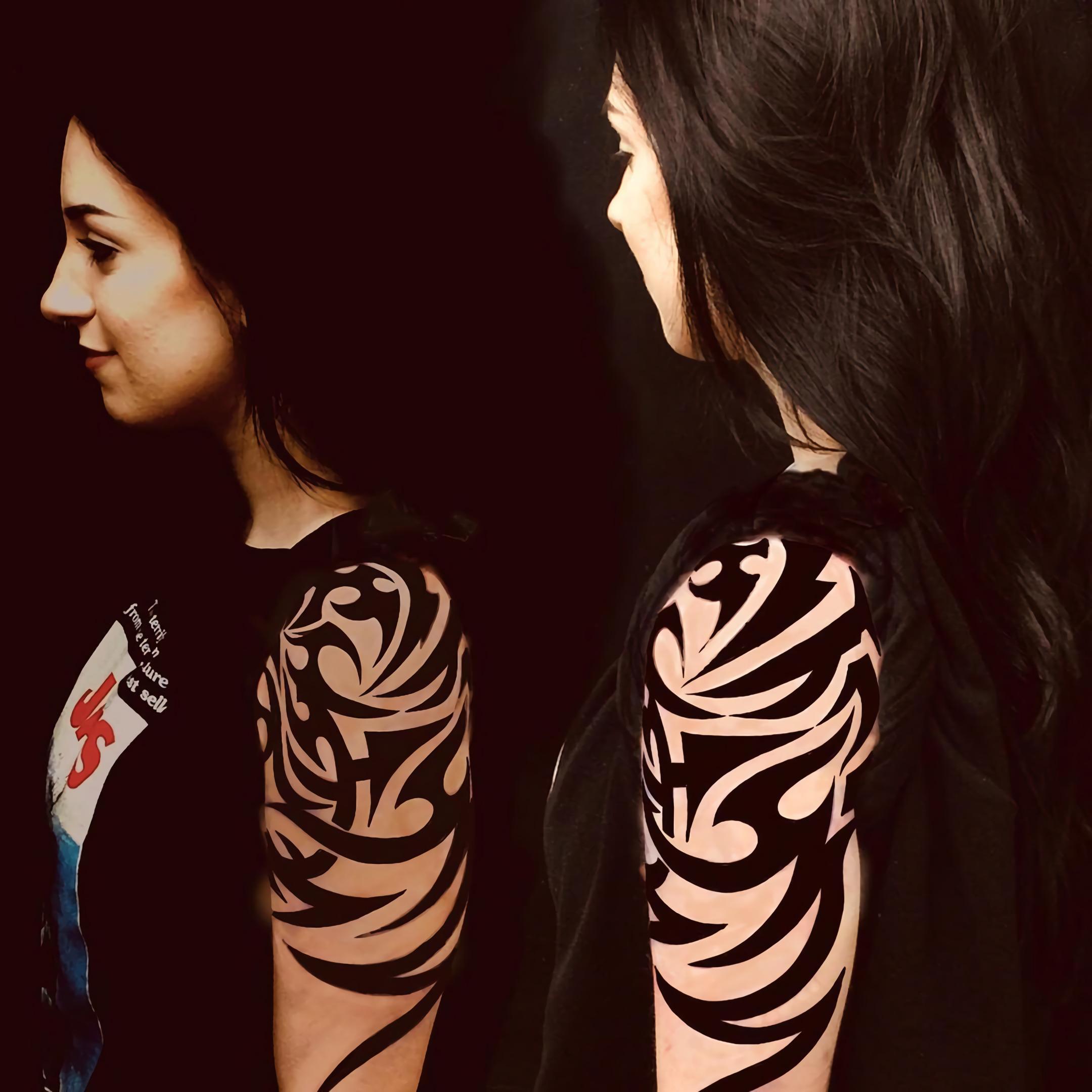 Племенная татуировка на половину рукава