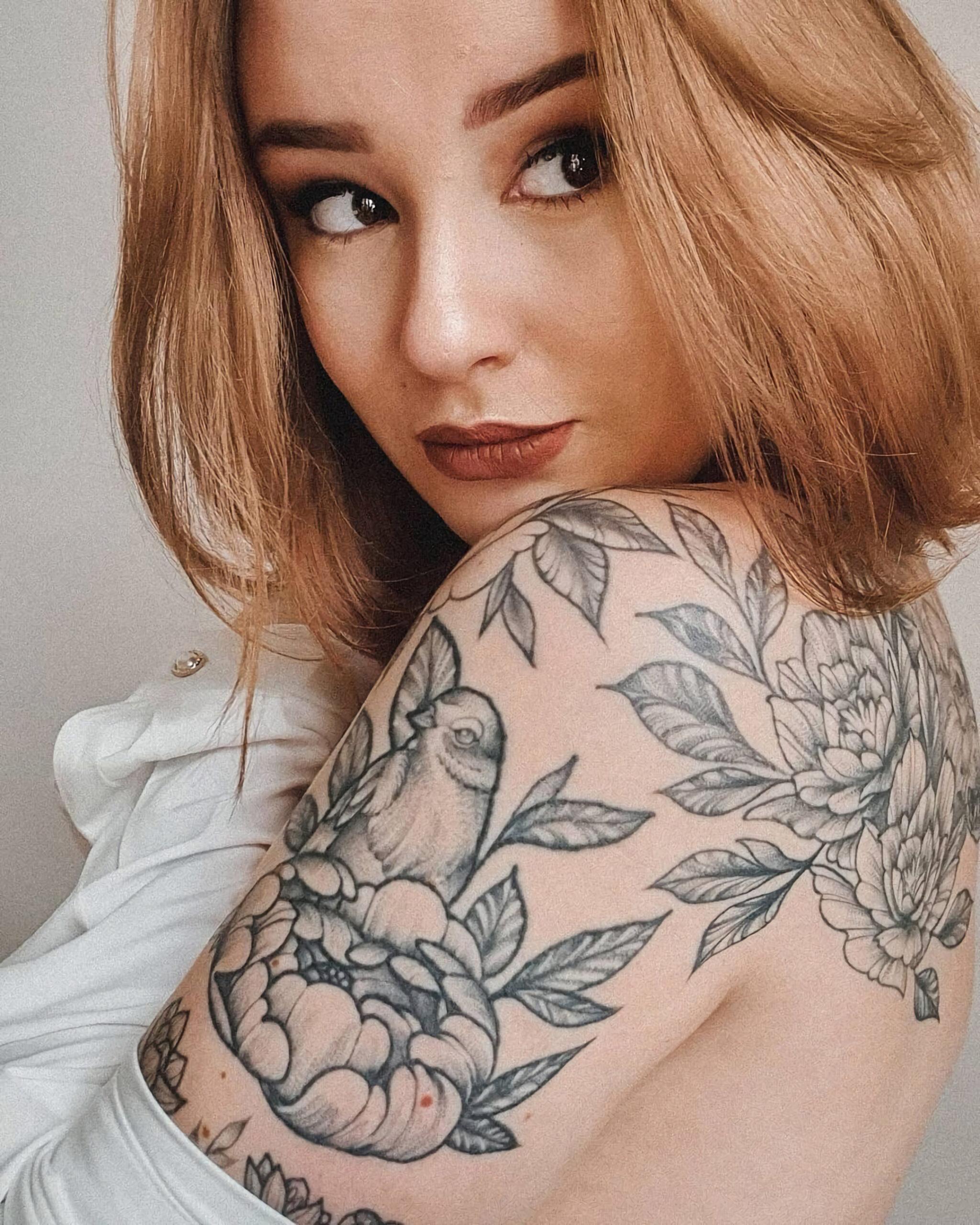 красивая татуировка птицы и цветов для девушки