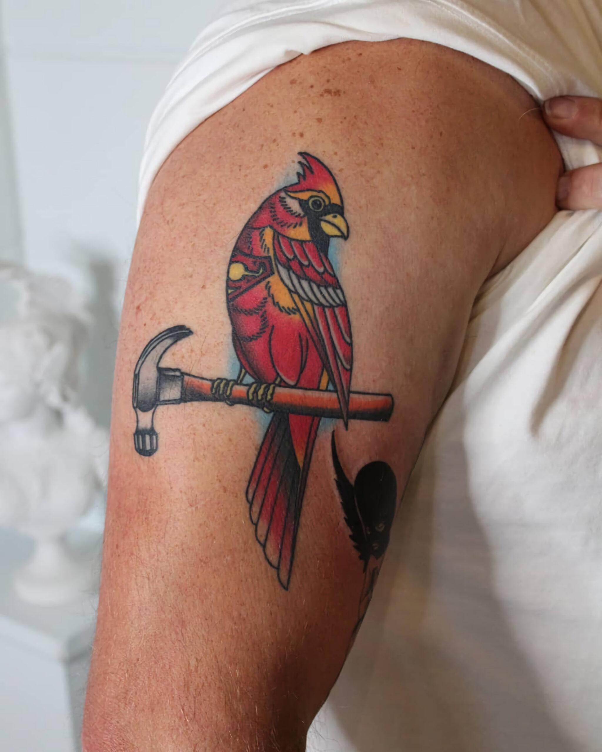 татуирвока красной птицы на предплечье